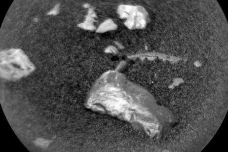 火星の表面で輝きを放つ物体、NASAの「キュリオシティ」がとらえる