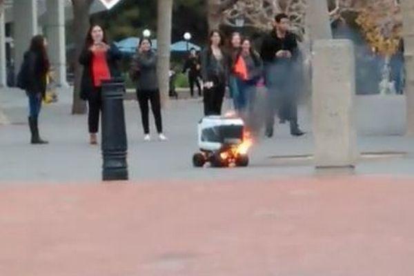カリフォルニア大学構内でデリバリーロボットが炎上、バッテリーの異常か【動画】