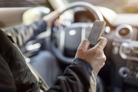 携帯使用を注意され、安全だと言い張るドライバー、直後に事故を起こす動画がコントみたい
