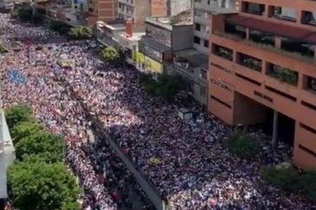 ベネズエラで大規模デモ、大統領の退陣を求め群衆が通りを覆い尽くす