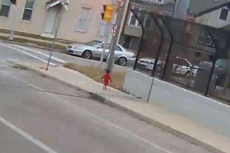 バスの運転手が1人で歩いていた1歳児を見つけ保護、とっさの判断が称賛される