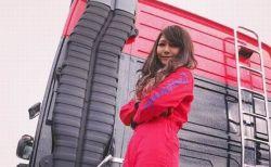 海外メディアが注目する、日本の若き女性トラックドライバーが美しい