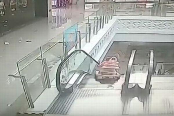 危険!幼児が1人でエスカレーターに侵入し転落、男性が素早く反応し救出