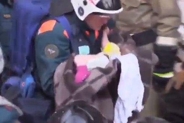 【新年の奇跡】露のガス爆発事故で、35時間ぶりに瓦礫から赤ちゃんを救出(動画)