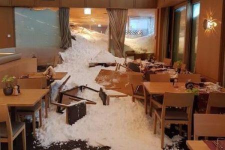 スイスで雪崩が発生、ホテルが飲み込まれる!レストラン内にも雪が侵入
