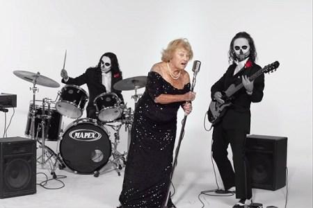 ホロコーストを生き延びた97歳の女性、ヘヴィメタ・バンドのボーカルになり話題に