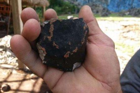 キューバ上空で隕石が爆発か?黒い破片が空から降ってくる事態に