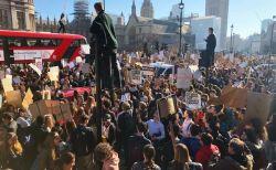 英全土で学生らが大規模デモ、気候変動問題で政府に抗議して3人が逮捕される