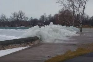米の湖で氷の塊が押し寄せる「アイス津波」が観測される【動画】