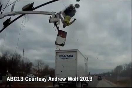 あわや大惨事!信号機の修理をしていた高所作業車にトラックが激突、作業員にケガはなし