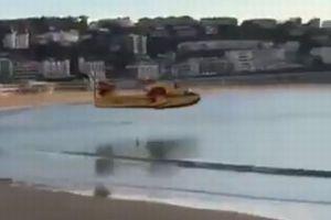 超低空飛行で着水!スペインのビーチに突如現れた飛行艇に人々もびっくり