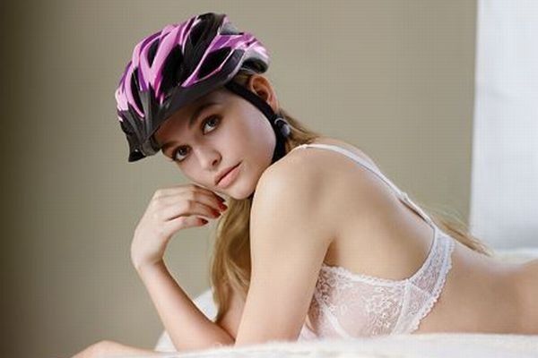 下着姿でヘルメット…独の自転車安全キャンペーンの動画が批判を浴びる