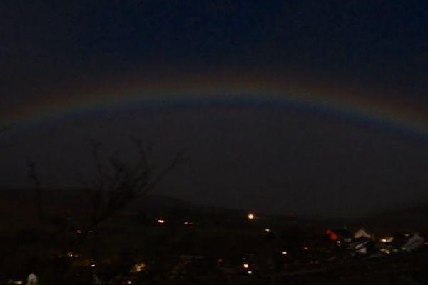 スーパームーンで作られた「ムーンボー」、英で色の濃い「月の虹」が出現