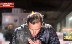 ニュースの生中継で恥ずかしい場面、リポーターが唾液で髪を撫で付けてしまう