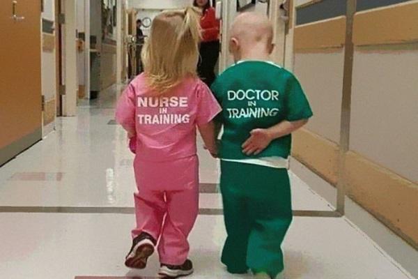 """病院で仲良く手をつなぐ子供の写真が""""性差別的""""と炎上…その理由とは?"""