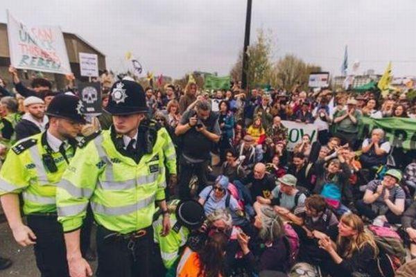気候変動政策への抗議デモが過激化、ロンドンで480人が警察に拘束される