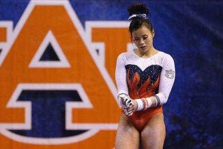 【閲覧注意】米女子体操選手が試合で骨折、着地した両足が曲がる映像がショッキング