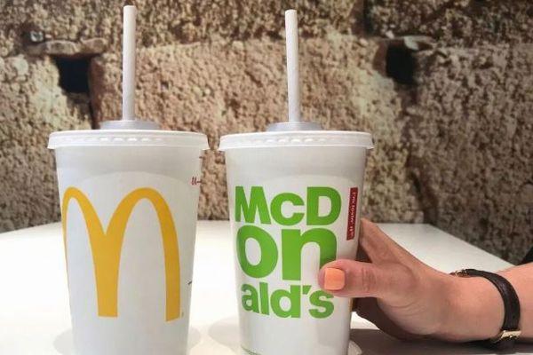 マクドナルドの紙のストローが溶ける!3万5000人がプラスチックに変えるよう要請