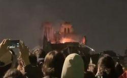 ノートルダム大聖堂の大火災、見守る群衆の間から美しい聖歌が響き渡る