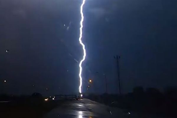 雷が同じ場所に連続11回も落ちた!貴重な動画が撮影される