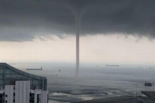 シンガポールで巨大な水上竜巻が発生、撮影された多くの動画が大迫力