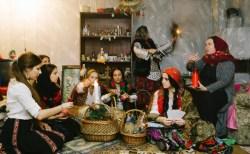 """神秘の世界にも現代化の波?ルーマニアの魔女、インターネットを通じ""""儀式""""行うとして注目"""