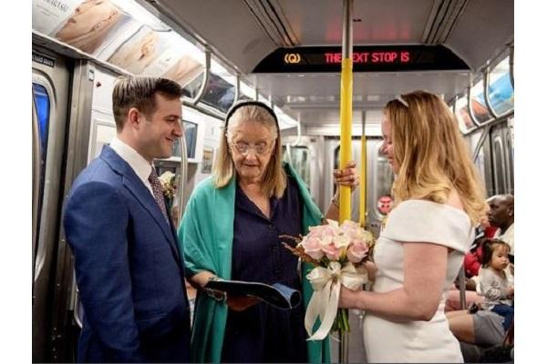 陸軍の元軍人同士のカップル、駆け抜ける電車の中で結婚式を挙げ話題に