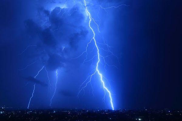木に落ちた雷が男性に飛び移った!手や足にケガを負うも一命を取り留める