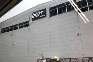 映画『007』のセットで爆発シーンを撮影中に事故、スタッフの1人が軽傷