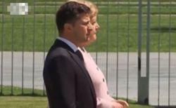 独メルケル首相の震え止まらず、公開された式典での映像がショッキング