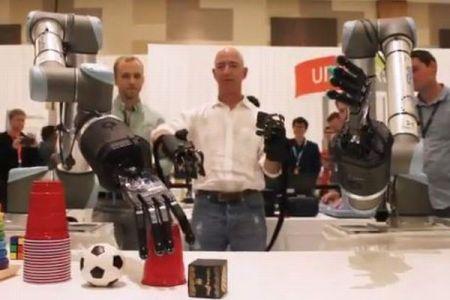 J・ベゾス氏が人の動きに連動するロボット・アームを披露、グローブは触感も感知
