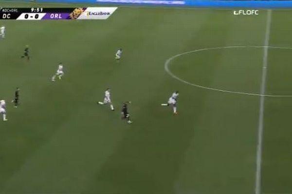 サッカーの試合で珍しいゴール、中央付近からの超ロング・シュートが決まる