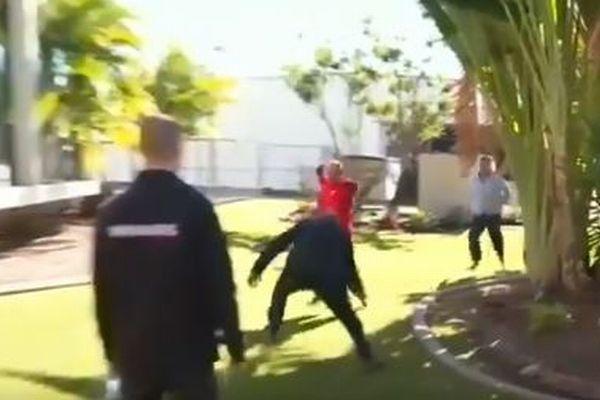 記者会見中に刑事が逃げる男に見事なタックル、カメラの前で犯人を取り押さえる