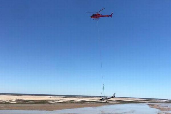豪でヘリが不時着した軽飛行機を回収、吊り上げて目的地まで100kmの移動に成功