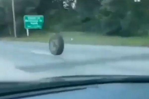 ハイウェイに大きなタイヤが出現!転がり続け、恐ろしい事故に発展【動画】