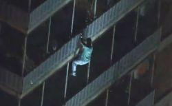 火事が起きた建物に住む母を救うため、男性がバルコニーを伝って救助へ向かう