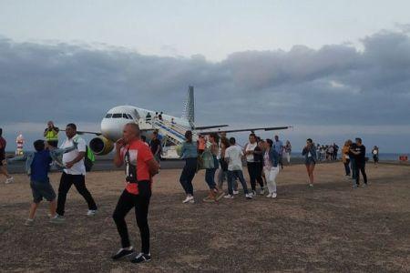 「機内に爆弾が…」少年がいたずらで書いたメモで、180名の乗客が緊急避難