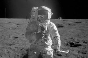 アポロ12号の飛行士らが月へ持って行った、PLAYBOY誌のヌード写真をNASAが公開