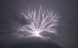 中米のグアテマラで撮影された、放射状に上空へ伸びていく稲妻が大迫力【動画】