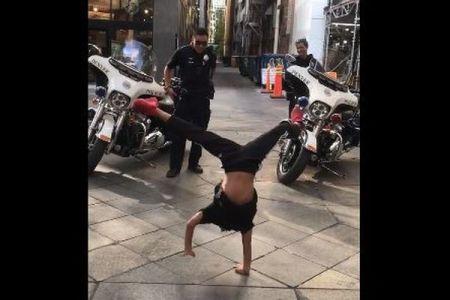 警察官と少年が街でブレイクダンスを披露、楽しげに踊る動画が話題に