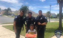 「お腹がすいた…」幼い男の子からの通報に、ピザを届けた警察官が優しい