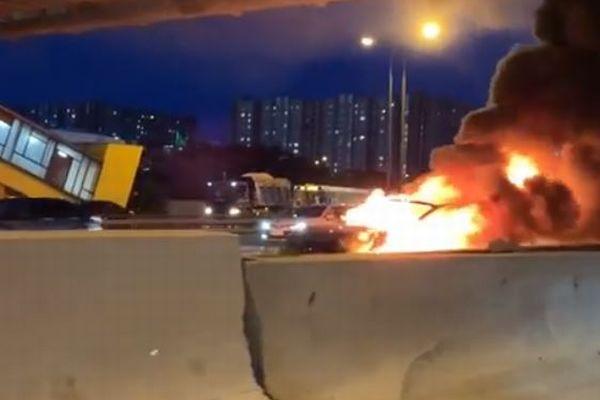 ロシアで「テスラ」がレッカー車に衝突、2度も爆発する映像がショッキング