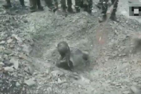 インドで土砂崩れに巻き込まれた男性、爆弾探知犬により奇跡的に発見される