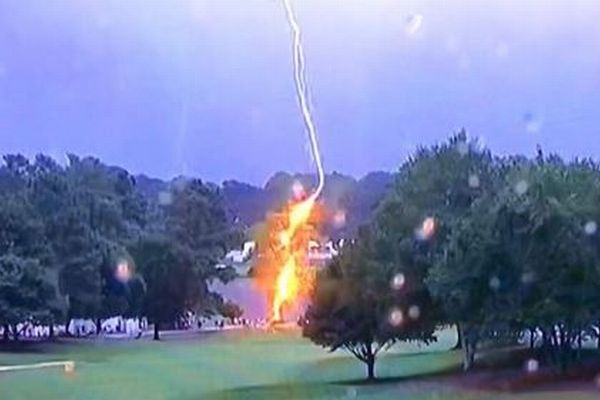 PGAツアーのゴルフコースで落雷、その瞬間をとらえた動画が恐ろしい