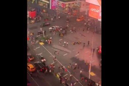 NYのタイムズ・スクエアが一時パニックに、銃声と間違え人々が逃げ惑う