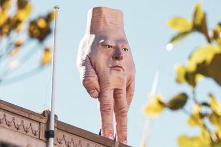 ちょっと不気味?NZに設置された手の形のアート作品に住民も困惑