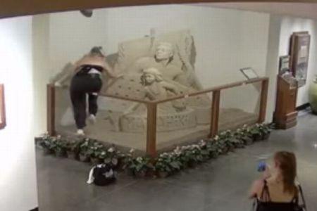 これはひどすぎる!ハワイのホテルで女が砂の彫刻を破壊する【動画】