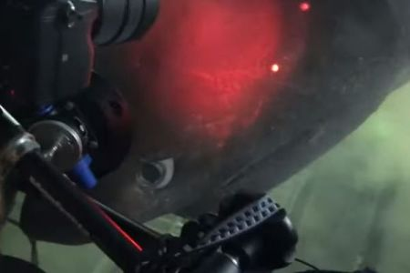 深海を探査中、目の前に巨大なサメが出現、潜水艇に乗っていた研究者も驚愕