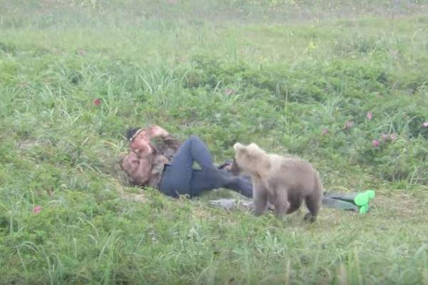 ちょっと驚き過ぎ?ロシアで草の上に眠っていた男性ら、子熊に起こされびっくり