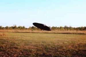 まさにUFOそのもの!あらゆる方向へ飛行できる空飛ぶ円盤を開発【動画】
